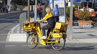 Kurierzy DHL Parcel na elektrycznych rowerach